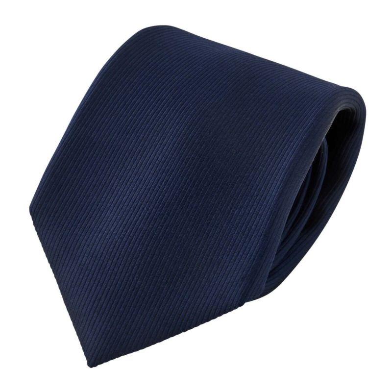 改めて、こちらが一般的なネクタイ。ツヤと光沢が実にシルクらしいですね。ここ一番のシチュエーションや冠婚葬祭で着用すべきなのは、こっちです。